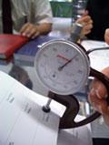 紙厚を測る